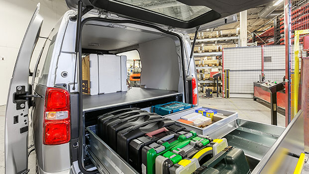 Tips på hur du organiserar stora lådor i bilens lastutrymme