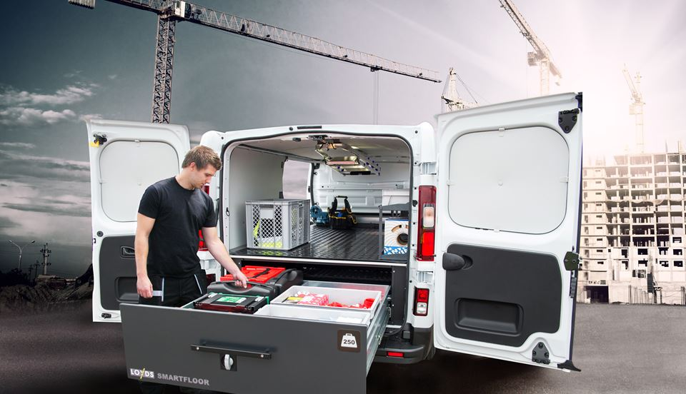 elektrikerbil-med-mann-og-kran